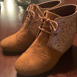 Toms Honeycomb Flower Suede Ankle Wedge Boots 8
